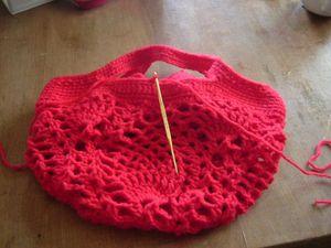持ち手の内側は中央から新たに糸を付けぐるりと引抜き編みをします。 ※片側はループ用に、糸を80cm程取ってから付け、引き抜き編みをした後も又80cm程糸を残して切ります。