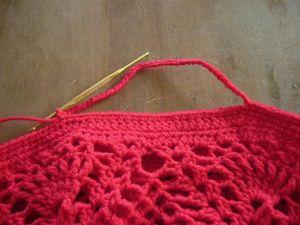 ≪持ち手を編む≫ 材料のところにアップしている  持ち手編み図を参照にぐるぐる編んでください。