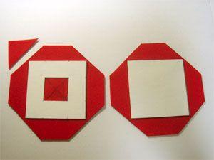 台紙の大きさに合わせ、フェルトの4つの角を、写真のように切りおとします。 (こうすると、後で包む時に楽です) 窓の部分は、対角線に沿って×印に切り込みをいれます。