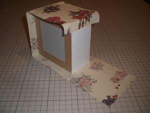 最後の辺は布の端を折り返し、箱の縁に揃えて貼る。