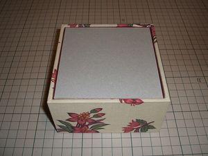 厚紙EWP箱の内側に入るサイズに調整した上で布アに貼り、四方を貼り包んだものを⑫と貼りあわせる。