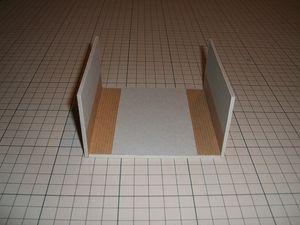 厚紙Aに対しBを両側に貼り、水張りテープでとめる。