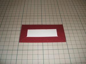ケント紙dの残り2枚を箱の内側面に当て、サイズを調整した上で布イに貼り、四辺とも貼り包んだものを残りの辺に貼る。