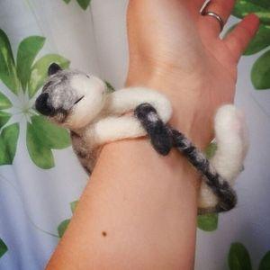 しっぽの部分が、最終的にフェルトが一番薄くなります。透けることも考えて、黒猫なら黒いモール、白猫なら白いモールを。今回はしっぽの先が黒なので黒のモールで骨組みを作ります。