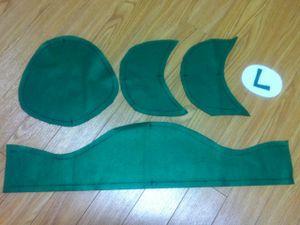 フェルトを切ります。 緑で頭囲用、頭頂部用、つば用(2枚)、文字 白で文字台用 子供サイズで作ってます。 <追記>12番目に型紙の参考写真を追加しました。