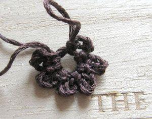 1段目:鎖4目、細編みを6回繰り返します。 ↑1段目を編み終わったところ。