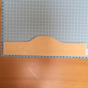 上身頃の型を作ります。サテン生地を表と裏で2枚cut。 画像は縫い代1㎝つけています。 スカートは材料の分量をそのまま使います。