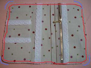 Aベースの表布と裏布を中表にして重ねた上に 仕上げたポケットを 並べます。 ベースの端とポケットの端を合わせて 並べると図のように配置できます。