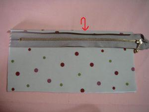 CとDポケットを作っていきます。 cポケットの輪のほうを1cm内側に折り、あとをつけます。 広げて、Cポケットとファスナーをミシンで縫います。(ファスナーは上向きに)
