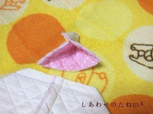 縫い目から1CM外側をカット。 切り口はジグザグミシンで処理すRY。