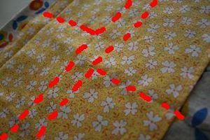裏地とポケットの中心合わせて赤い点線のように縫い付けます 携帯が入る幅とお好みの幅で 平行の2本の縫い目は底になります マチ5cm分の幅で縫ってます