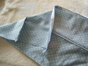 2枚で挟んだパイピングを 表から見て縁ぎりぎりになるように 縫って後でしつけを取ります