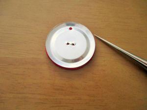 パーツとフェルトを重ねます。 フェルトに先ほど開けた穴と同じ所に印を付け、目打ちで穴を開けます。
