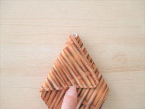 三角に折りますよ。
