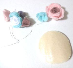 ⑥粘着付きのフェルトの粘着面にのせて固定します。 (※縫い付けてもいいと思います。また、隙間無く乗せたあと隙間を手芸用のボンドで埋めるとしっかり固定できます。)