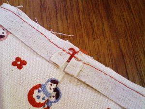 布テープの端は両方とも折り返して返し縫しておく。 ここがゴム通し口になる。