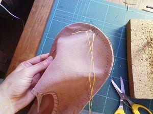 縫い代線をデバイダで引いて、ステッチングルレットで印をつけ、菱錐で穴をあけ、シニュー糸でぐるりと縫う。
