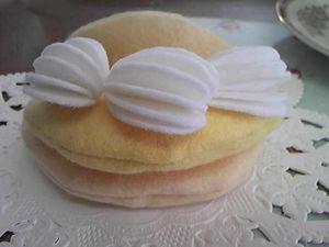 中のクリームに生クリームを3つとめつけます。 それをパンケーキにはさみます。
