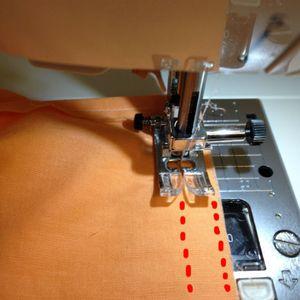 ひも通し部分を作ります。 上から2mmと、2cmのラインで縫います。