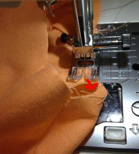 上糸をきつくし、縫い目を粗くし(3~4mm程度)、本体の底部分を端から7mmのラインでミシンをかけます。 上糸を引張るとギャザーが寄ります。 ※裏地も同様に縫います。