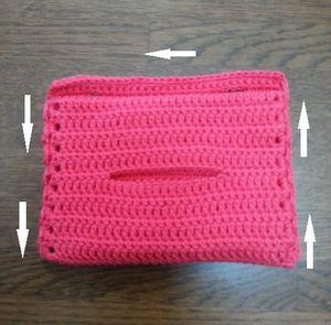 今回は、ティッシュ口を見ながら右下から縁編みをし、上部は引き抜き編みで移動し、左下で編み終わりました。編み始めと終わりはしっかり結びつけてから糸処理をしてください。