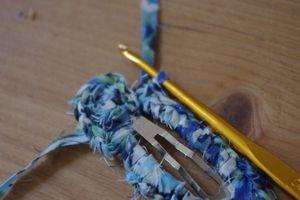 一周しました。 ここで、始めに立ち上げた鎖編み二目のところで引き抜き閉じます。