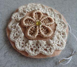 別バージョンです。 まずは花モチーフとリボンを縫い付けます。