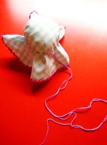 ぐし縫いした糸を双方共に引っ張り、綿を詰め込みながらギュッと結わきます。