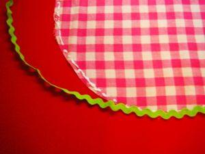 """""""3""""のそれぞれの円の縁にボンドを着け、山道テープを添わせながら貼ります。"""