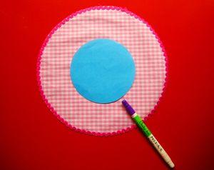 """""""5""""のに""""2""""でカットした11cmの円形パターンを中心に合わせ置き、チャコペンシルで印をします。"""