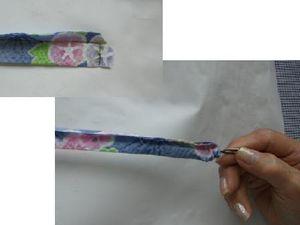 縫ってある短い辺の角をちょっと切り落とします。細い棒(編み針など)で下からぐっと押します。中に入っていくのでそのまま上まで抜けます。ひっくり返りました。4本全部ひっくり返します。