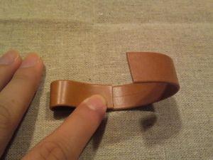 印に合わせて両端を折り、接着剤で貼ります。(接着剤は真ん中にのみ塗ります。1.5センチくらい)