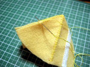 上下に△のフェルトを縫い付ける。