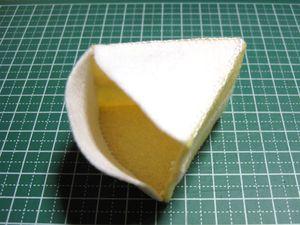 残りの白いフェルトを側面の片側と底の部分に縫い付ける。