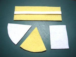 【ケーキベース】厚紙で型を作り、フェルトをカットする。(△の部分は直径10cmの円を6等分し、側面はそれに合わせて作りました)