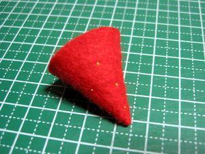 【苺・1個】赤いフェルトを扇形(約6cmの円を3等分しました)に切り、円錐状に縫う。種にみえるように、所々に点々を縫う。