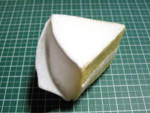 一回り小さく切った△の厚紙を上下に入れ、中に綿を詰める。