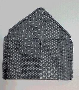 ミシンで縫ったら、余分な縫い代と角を切り落としておくと、ひっくり返した時の形が綺麗になります。 (この写真は別バージョン作成時の写真なので、ポケット側の柄は気にしないでください)