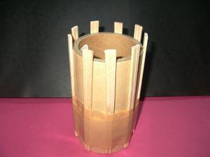 丸い筒状のもので作ると奇数の割り箸でできます。 (注意 画像8) 茶筒や粉ミルクの缶等、筒の大きさで出来上りサイズが異なるよ。 缶の切り口にはビニールテープを貼って。