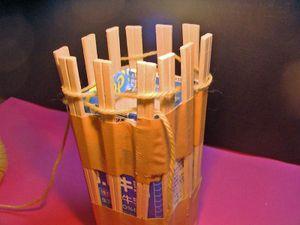 割り箸の数が偶数なので、一週目最後は最初の割り箸と一緒にかけます。 続いて2週目。同じようにジグザグに毛糸をかけていくと 一本の割り箸を囲むようになっているはずです。