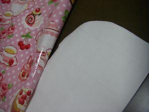 生地をカットする。 縦65cm×横30㎝(縫代込) 横を半分に折り、輪と逆の角を1箇所、(6㎝×6㎝ぐらい)でカーブになるようにカットする。
